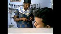 Pondicherry pen mobile shopil mulaigal suvaikapatathu