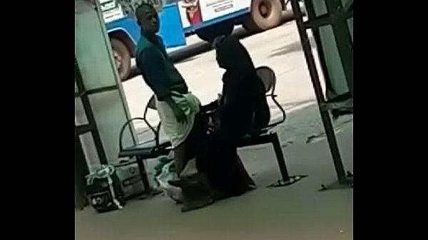 Vellore bus nilaiyathil vibachaari kai adithu vidugiraal - Blowjob video