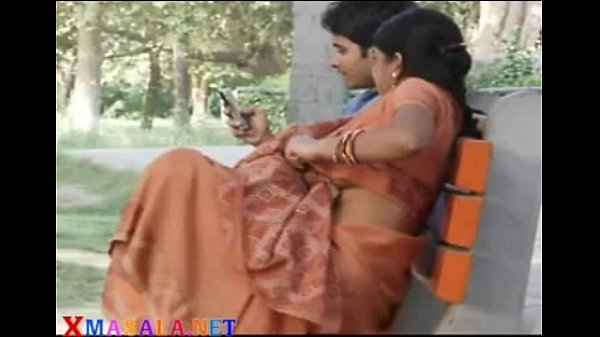 Aunty mulaiyai ilamaiyaana paiyan thadavugiraan - Hidden cam