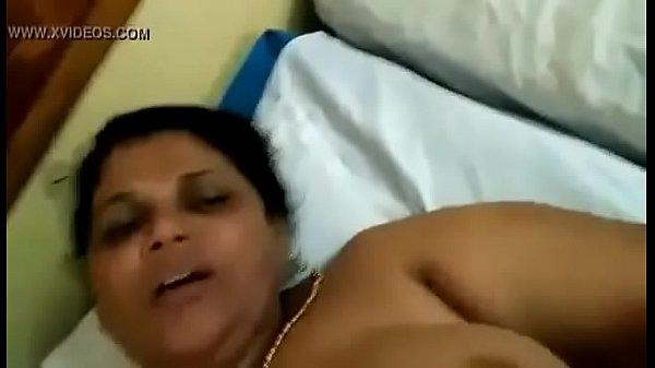 Madurai aunty periya mulaiyai kanbithu karupu sunniyai ookiral - sex video