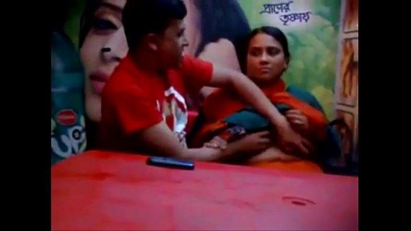Aunty mulaiyai pisainthu vaaiyil vaithu sappugiran - sex video