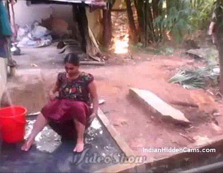 Aunty Koothiyil Theithu Tamil Bath Sex Kulithu Mulaiyai Kanbikiral