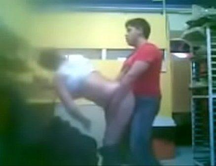 Kadaiyil ragasiyamaaga velaikariyai cow nilaiyil ookum tamil sex video