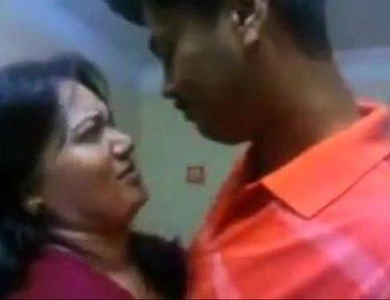 Aunty mulaiyai tamil boobs sex video pisainthu konde kiss seigiran
