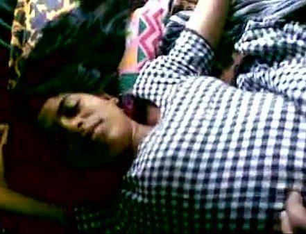 Ilamaiyaana 19 vayathu penai thadavum tamil romance video