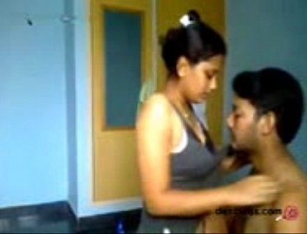 Tamil couple mulaiyai sappi sunniyai vaaiyil vidum sex video