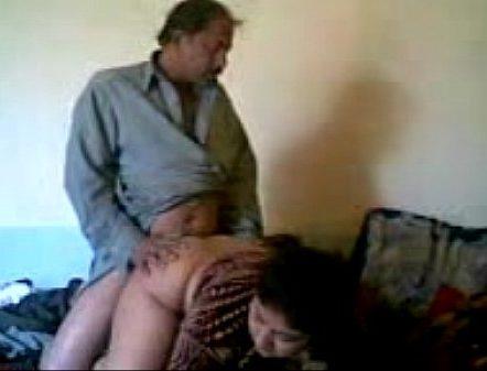 Manaiviyai thadavi kuthiyil tamil doggy sex seigiraan