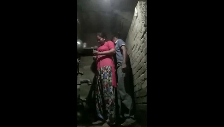 Tamil amma maganin nanbanai kuthiyil ooka vidum tamil village sex video
