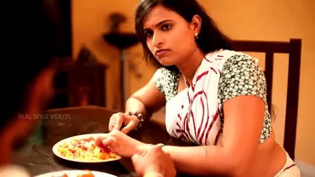 Housewife aunty miga sexiyaaga saree aninthu ilam aanirku idupai kati moodu aaki sex seiya vidum tamil sex movie.