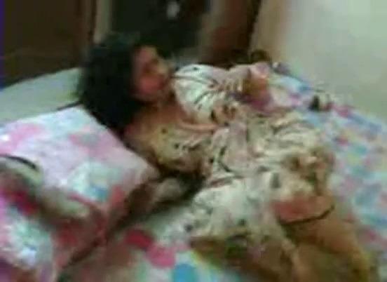 Chennai tamil aunty sex maid kathalan poolai urinthu oombi ookiraal