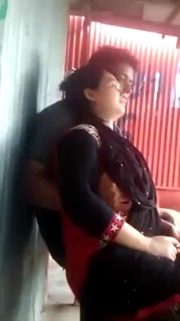 Mom mulaiyil kai vaithu pisainthu kiss seiyum tamil aunty sex video