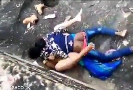 Tamil outdoor sex aunty kuthiyil oothu kanju irakugiraan
