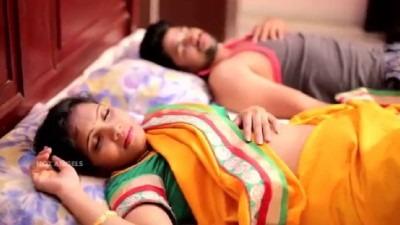 Manaivi kalaiyil ezhuntha udan moodu eari kanavan kaiyai pidithu mulai meethu vaithu moodu eatri sex seiyum tamil sex padam.